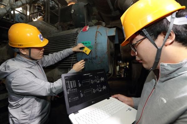 '기가사운드닥터' 실증사업을 진행중인 대구의 한 제지공장에서 KT 연구원들이 기계소리를 분석, 장애를 예측하는 테스트를 진행하고 있다.