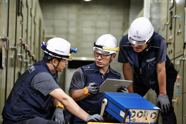 한국전기안전공사 직원들이 비상발전시설을 점검하고 있다.